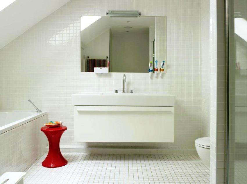 белая плитка с мозаикой в ванной